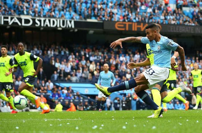Thủ thành kiến tạo mở tỷ số, Man City thắng hủy diệt để xưng bá Premier League - Ảnh 3.