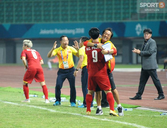 Không phải HLV Park Hang-seo, Công Phượng chạy đến ôm người đàn ông này khi ghi bàn mang về chiến thắng cho Olympic Việt Nam - Ảnh 2.