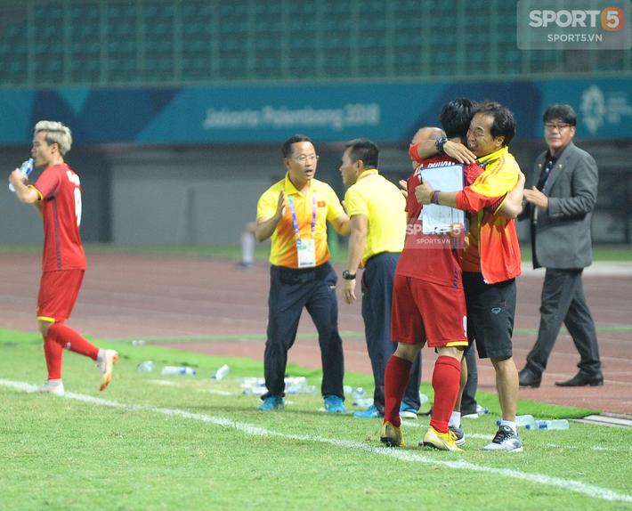 Không phải HLV Park Hang-seo, Công Phượng chạy đến ôm người đàn ông này khi ghi bàn mang về chiến thắng cho Olympic Việt Nam - Ảnh 3.