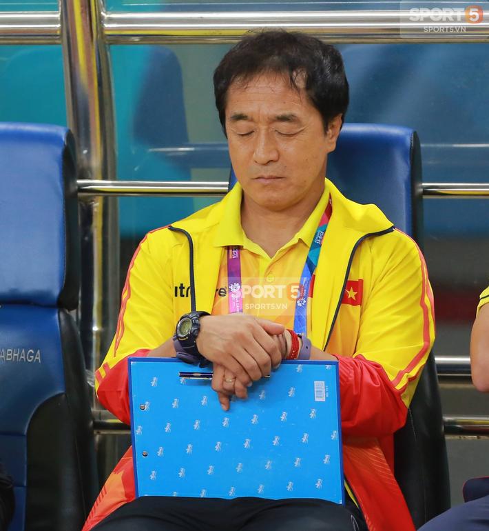 Không phải HLV Park Hang-seo, Công Phượng chạy đến ôm người đàn ông này khi ghi bàn mang về chiến thắng cho Olympic Việt Nam - Ảnh 4.