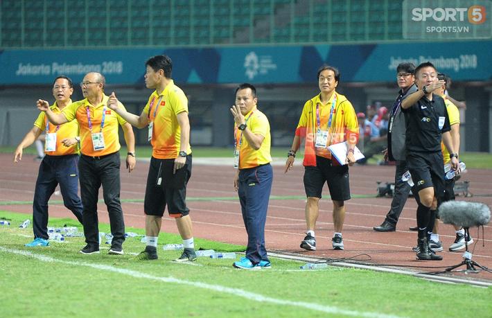 Không phải HLV Park Hang-seo, Công Phượng chạy đến ôm người đàn ông này khi ghi bàn mang về chiến thắng cho Olympic Việt Nam - Ảnh 5.