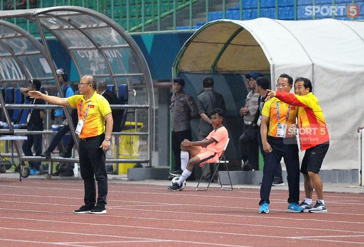 Không phải HLV Park Hang-seo, Công Phượng chạy đến ôm người đàn ông này khi ghi bàn mang về chiến thắng cho Olympic Việt Nam - Ảnh 6.