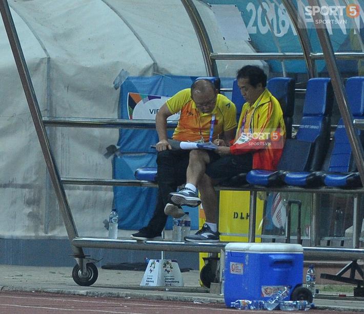 Không phải HLV Park Hang-seo, Công Phượng chạy đến ôm người đàn ông này khi ghi bàn mang về chiến thắng cho Olympic Việt Nam - Ảnh 7.