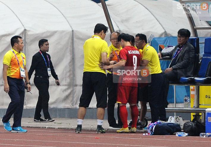 Không phải HLV Park Hang-seo, Công Phượng chạy đến ôm người đàn ông này khi ghi bàn mang về chiến thắng cho Olympic Việt Nam - Ảnh 8.
