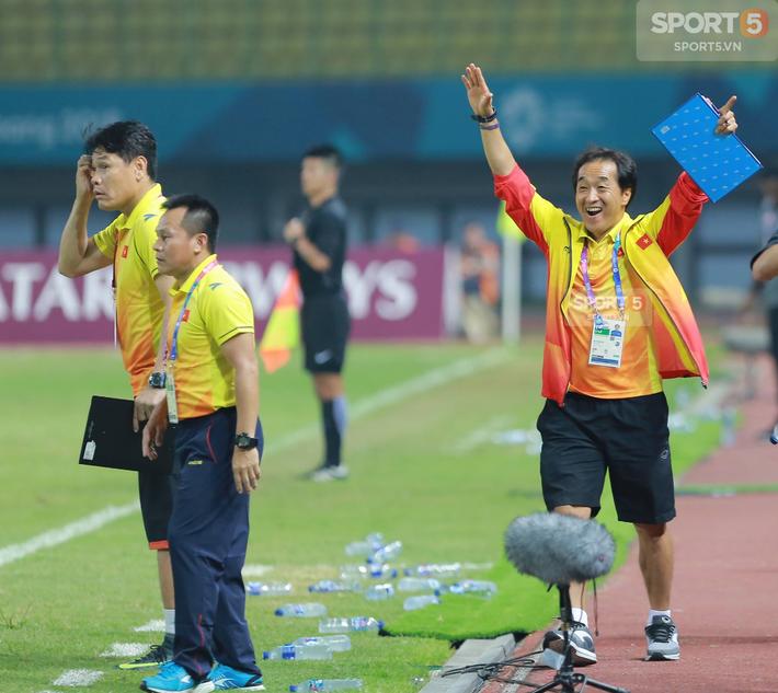 Không phải HLV Park Hang-seo, Công Phượng chạy đến ôm người đàn ông này khi ghi bàn mang về chiến thắng cho Olympic Việt Nam - Ảnh 9.