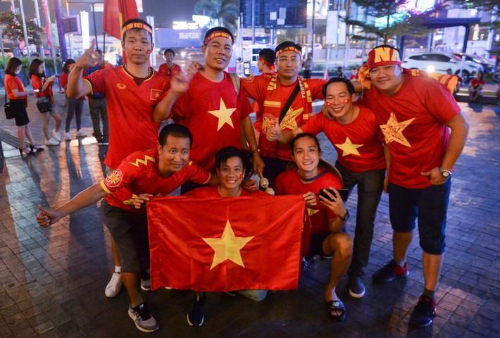 Chủ tịch Asanzo xuống sân thưởng nóng cho Olympic Việt Nam ngay sau màn thư hùng với Syria - Ảnh 1.