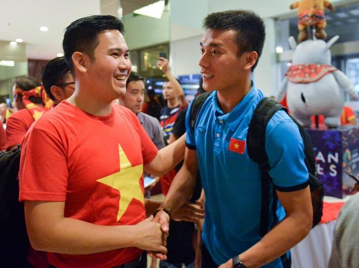 Chủ tịch Asanzo xuống sân thưởng nóng cho Olympic Việt Nam ngay sau màn thư hùng với Syria - Ảnh 2.