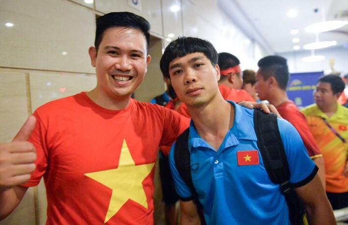 Chủ tịch Asanzo xuống sân thưởng nóng cho Olympic Việt Nam ngay sau màn thư hùng với Syria - Ảnh 3.
