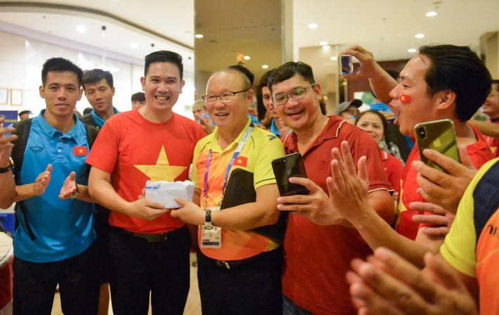 Chủ tịch Asanzo xuống sân thưởng nóng cho Olympic Việt Nam ngay sau màn thư hùng với Syria - Ảnh 4.