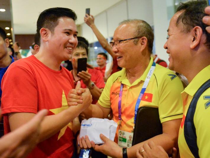 Chủ tịch Asanzo xuống sân thưởng nóng cho Olympic Việt Nam ngay sau màn thư hùng với Syria - Ảnh 5.