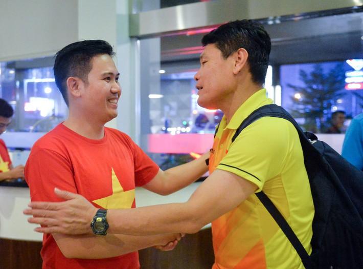 Chủ tịch Asanzo xuống sân thưởng nóng cho Olympic Việt Nam ngay sau màn thư hùng với Syria - Ảnh 6.