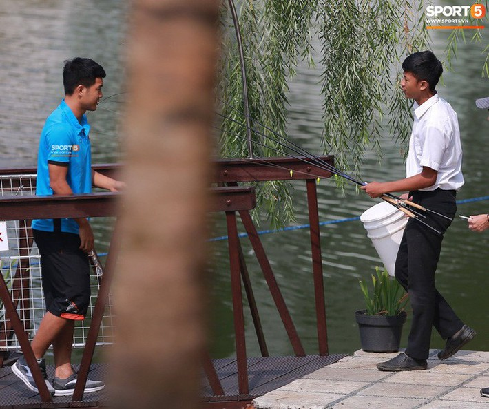 Olympic Việt Nam câu cá thư giãn hướng tới trận gặp UAE tranh Huy chương đồng ASIAD 18 - Ảnh 2.