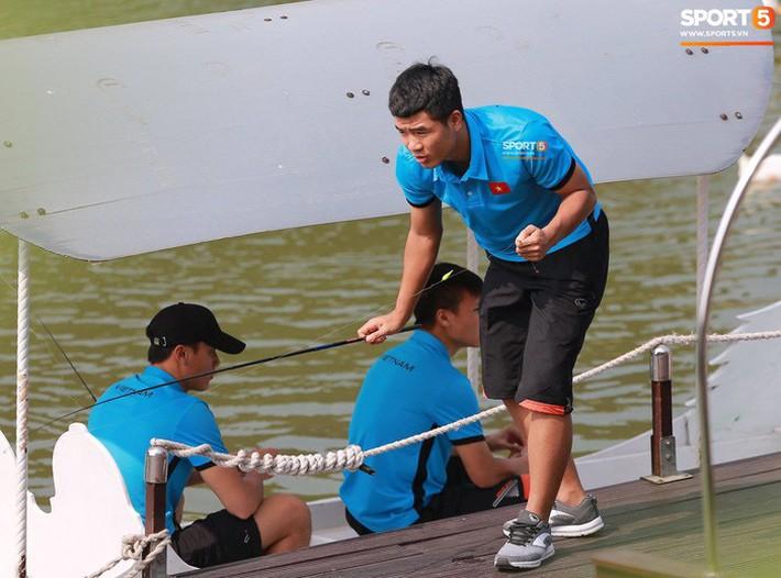 Olympic Việt Nam câu cá thư giãn hướng tới trận gặp UAE tranh Huy chương đồng ASIAD 18 - Ảnh 8.