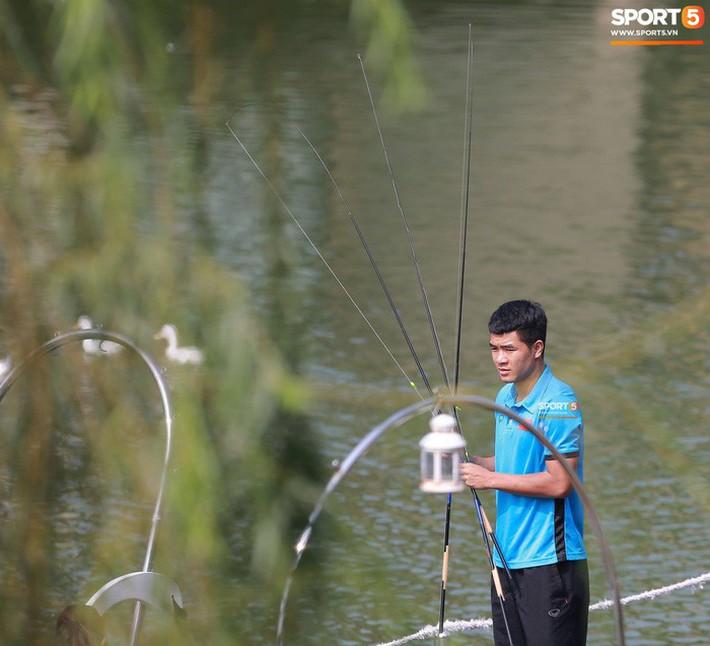 Olympic Việt Nam câu cá thư giãn hướng tới trận gặp UAE tranh Huy chương đồng ASIAD 18 - Ảnh 4.
