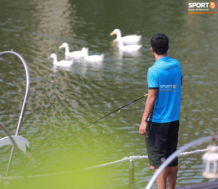 Olympic Việt Nam câu cá thư giãn hướng tới trận gặp UAE tranh Huy chương đồng ASIAD 18 - Ảnh 5.