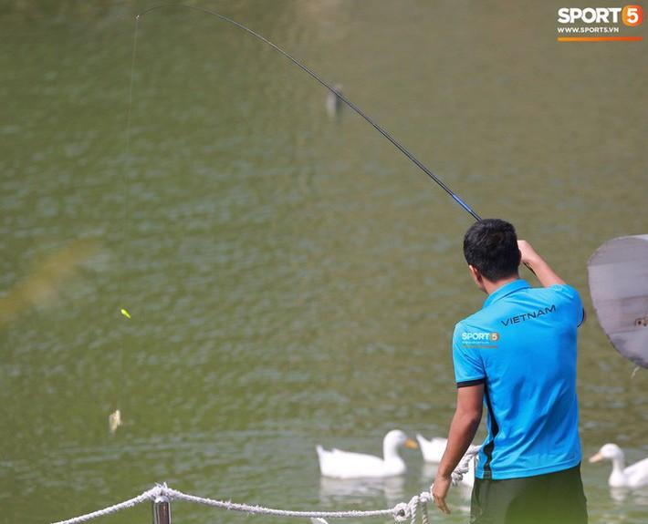 Olympic Việt Nam câu cá thư giãn hướng tới trận gặp UAE tranh Huy chương đồng ASIAD 18 - Ảnh 6.