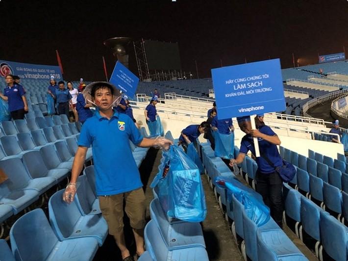 Cổ động viên chung tay dọn rác sau trận đấu của U23 Việt Nam - Ảnh 1.