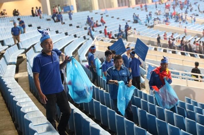 Cổ động viên chung tay dọn rác sau trận đấu của U23 Việt Nam - Ảnh 3.