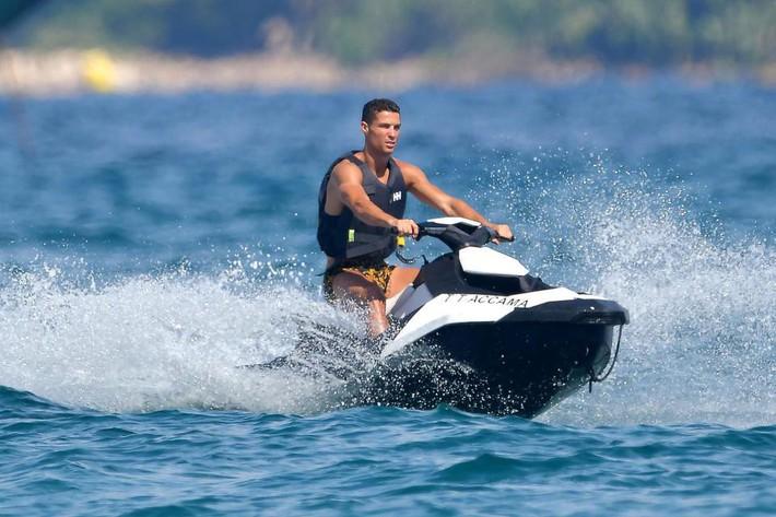 Nhà Ronaldo đi nghỉ mát, cánh paparazzi mải miết săn ảnh nóng của Georgina - Ảnh 8.