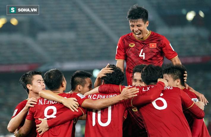 Vừa bị Man United cho ra đường, Mourinho đi bình luận giải đấu có ĐT Việt Nam - Ảnh 1.