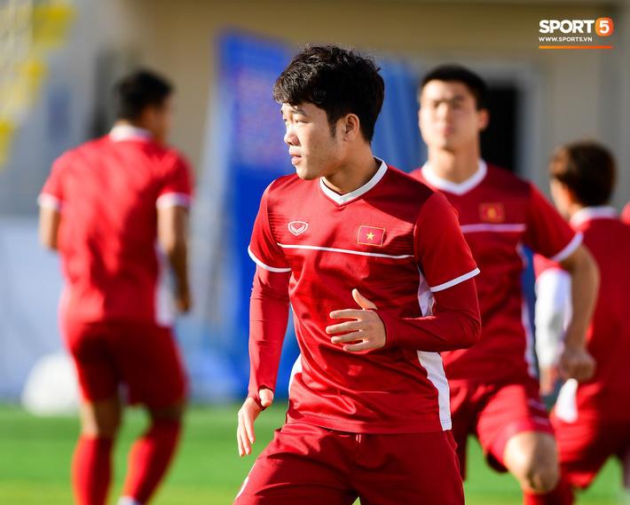 Xuân Trường rớm mồ hôi, tuyển Việt Nam vất vả thích nghi với cái nắng chói chang trước ngày đấu Iran - Ảnh 1.