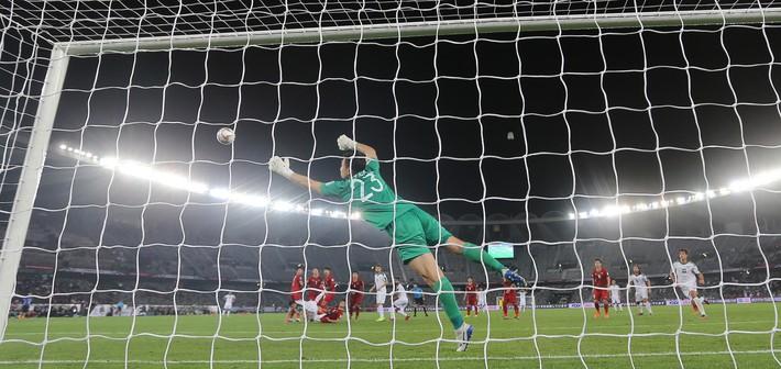 Nhà vô địch AFF Cup 2008: Thủ môn Đặng Văn Lâm có khuyết điểm, nhưng không sai vị trí - Ảnh 1.