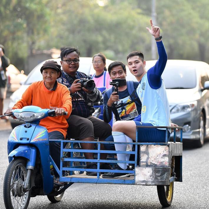 Xuân Trường tươi rói khi cùng đồng đội ngồi lề đường, ăn cơm nắm ở Thái Lan - Ảnh 4.