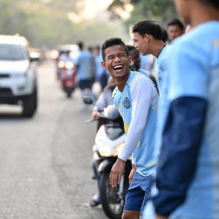Xuân Trường tươi rói khi cùng đồng đội ngồi lề đường, ăn cơm nắm ở Thái Lan - Ảnh 6.