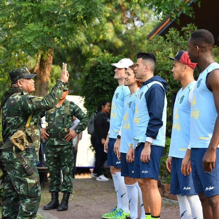 Xuân Trường tươi rói khi cùng đồng đội ngồi lề đường, ăn cơm nắm ở Thái Lan - Ảnh 10.