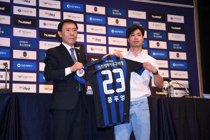 Biểu cảm đặc biệt của thầy Park trong ngày Công Phượng chính thức ra mắt Incheon United - Ảnh 1.