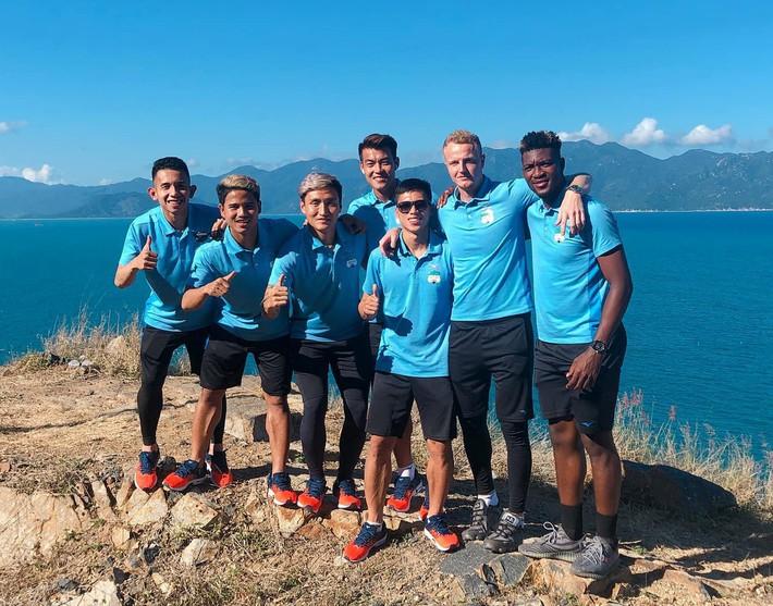 Duy Pinky cùng Tuấn Anh tạo dáng cực ngầu bên bờ biển trong ngày HAGL xuất quân thi đấu V.League 2019 - Ảnh 2.