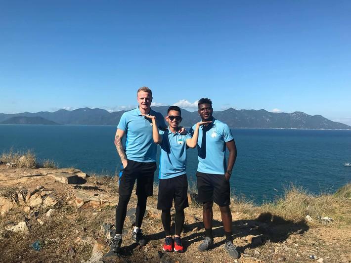 Duy Pinky cùng Tuấn Anh tạo dáng cực ngầu bên bờ biển trong ngày HAGL xuất quân thi đấu V.League 2019 - Ảnh 5.