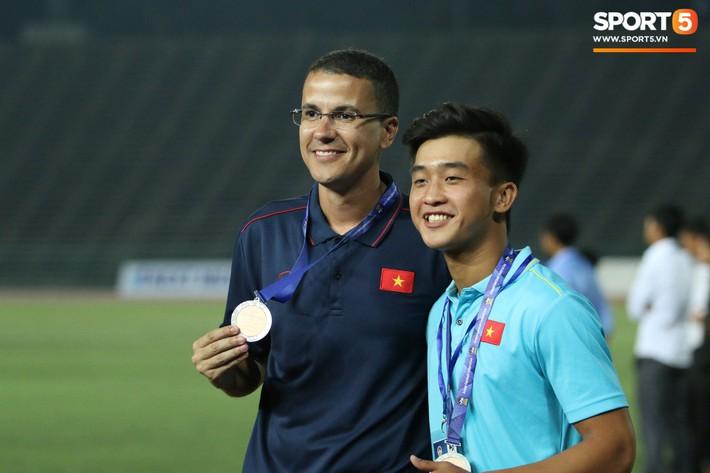 Trong giây phút U22 Việt Nam nhận huy chương, một người hùng chỉ lặng lẽ nhìn tất cả - Ảnh 11.