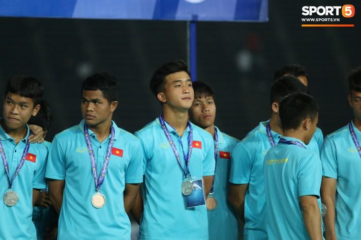 Trong giây phút U22 Việt Nam nhận huy chương, một người hùng chỉ lặng lẽ nhìn tất cả - Ảnh 5.