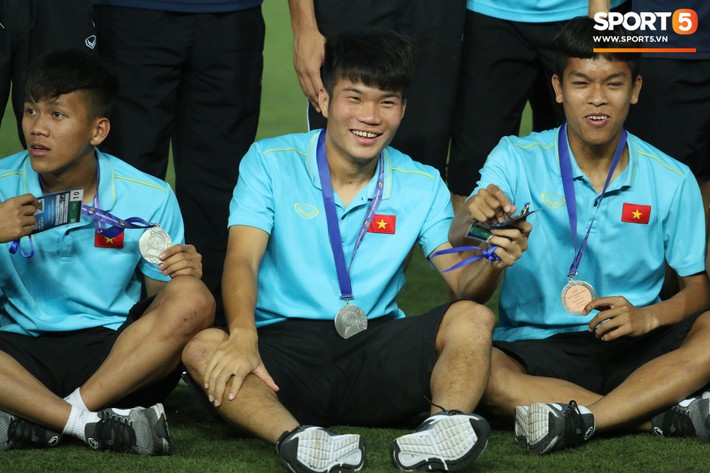 Trong giây phút U22 Việt Nam nhận huy chương, một người hùng chỉ lặng lẽ nhìn tất cả - Ảnh 6.