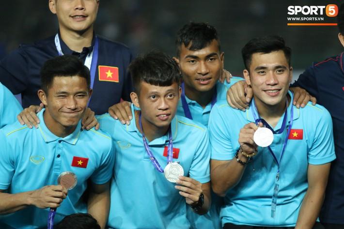 Trong giây phút U22 Việt Nam nhận huy chương, một người hùng chỉ lặng lẽ nhìn tất cả - Ảnh 8.