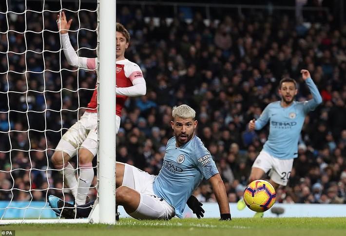 Hóa thành ác mộng của Pháo thủ, Aguero gián tiếp tặng quà cho Man United - Ảnh 2.
