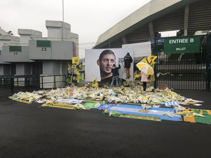 Xúc động khoảnh khắc các nhân viên vừa khóc vừa gỡ hình ảnh cầu thủ xấu số thiệt mạng trong vụ máy bay rơi khỏi sân bóng - Ảnh 2.