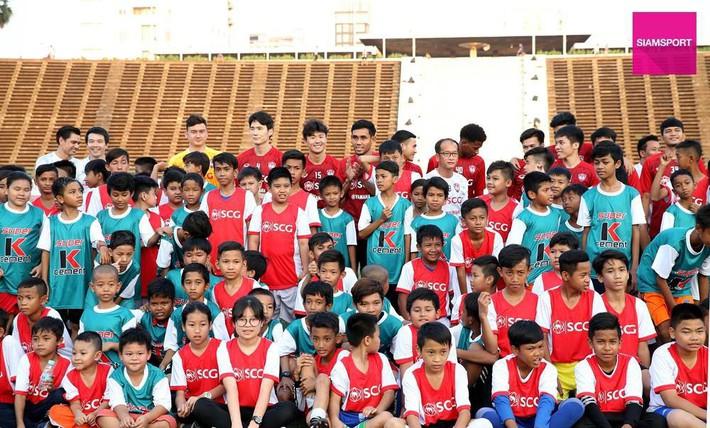Cùng đội bóng mới, Văn Lâm tham gia hoạt động đầy ý nghĩa trên đất Campuchia - Ảnh 1.