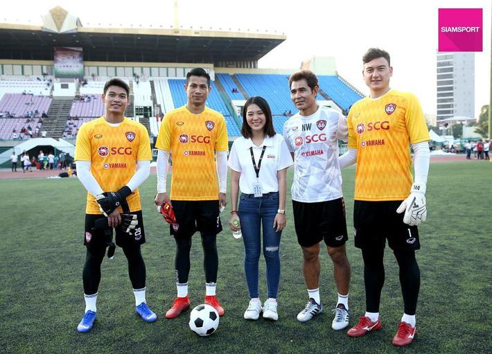Cùng đội bóng mới, Văn Lâm tham gia hoạt động đầy ý nghĩa trên đất Campuchia - Ảnh 2.