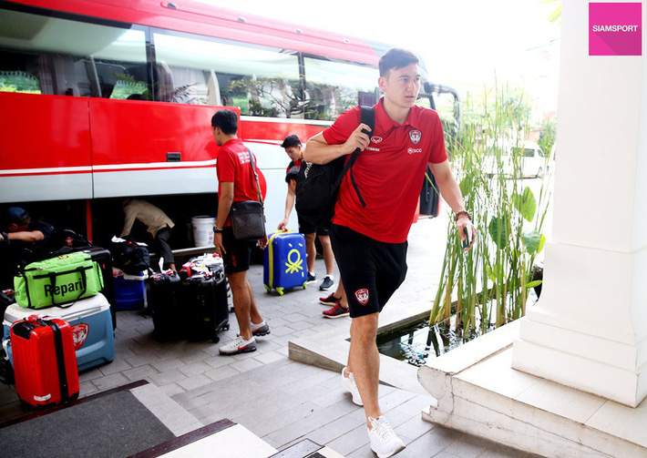 Cùng đội bóng mới, Văn Lâm tham gia hoạt động đầy ý nghĩa trên đất Campuchia - Ảnh 4.