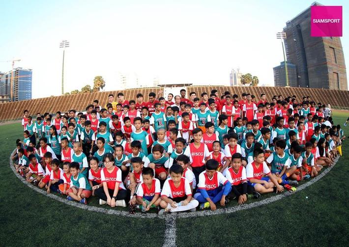 Cùng đội bóng mới, Văn Lâm tham gia hoạt động đầy ý nghĩa trên đất Campuchia - Ảnh 6.