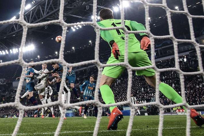 Giữa vô vàn áp lực, Ronaldo vẫn khiến châu Âu phải phủ phục dưới chân mình - Ảnh 1.