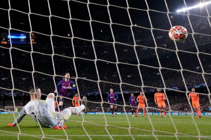 Ronaldo gọi, Messi dõng dạc trả lời bằng cơn mưa bàn thắng cùng Barcelona - Ảnh 2.