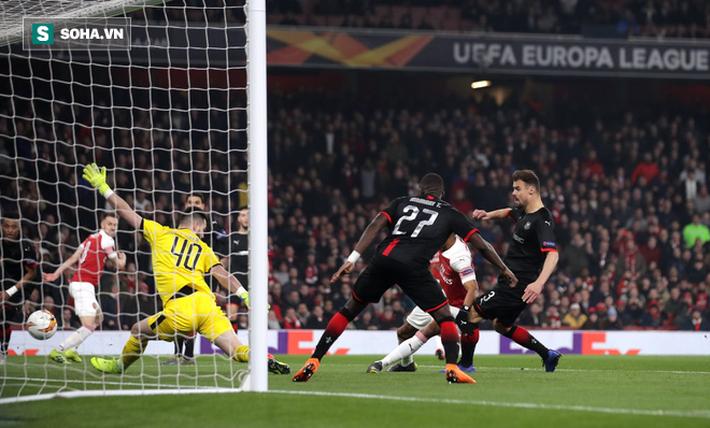 Hóa siêu anh hùng, chân sút siêu duyên đưa Arsenal ngược dòng kì vĩ chẳng kém Man United - Ảnh 1.