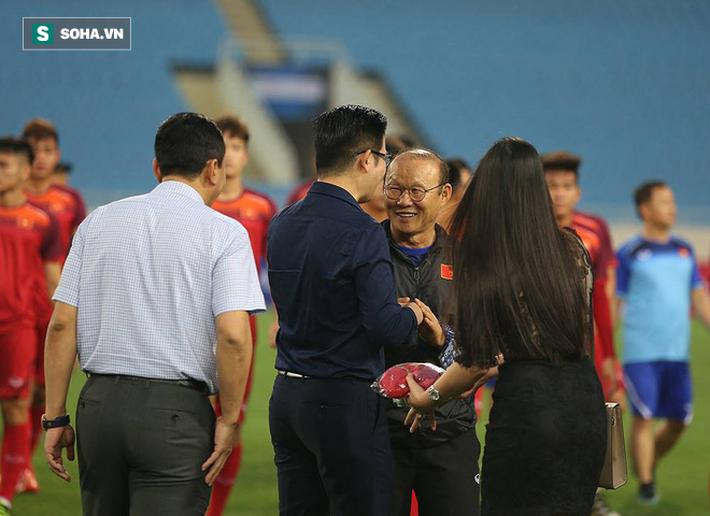Đến xem U23 Việt Nam, Bầu Tam cao hứng thưởng nóng 500 triệu đồng - Ảnh 1.