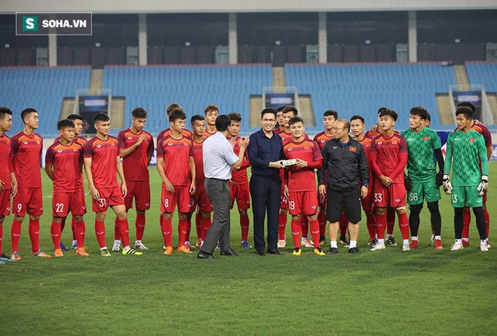 Đến xem U23 Việt Nam, Bầu Tam cao hứng thưởng nóng 500 triệu đồng - Ảnh 2.