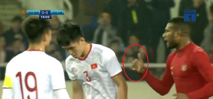 Hết khiêu khích lại đánh lén U23 Việt Nam, cầu thủ Indonesia nhận thẻ đỏ xứng đáng - Ảnh 1.