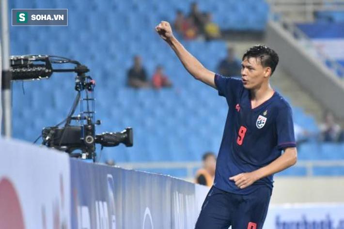 """Quá bế tắc, """"sát thủ"""" của U23 Thái Lan nhận thẻ đỏ vì đấm vào cổ Đình Trọng - Ảnh 1."""
