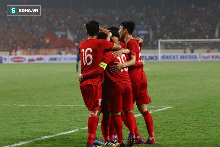 Dìm Thái Lan trong nỗi ám ảnh, Việt Nam thắng kỷ lục để oai hùng vào VCK châu Á - Ảnh 1.